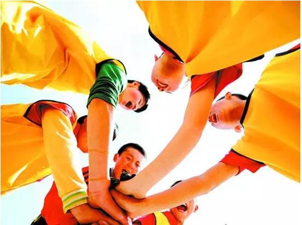 5月19日,兰州市教育局、兰州市发改委、兰州市体育局等六部门联合出台的《兰州市关于加快发展青少年校园足球的实施意见》,为全市校园足球发展定出时间表的同时,要求把足球纳入学校体育课程教学体系,形成幼儿园趣味化、小学初中多样化、高中大学专项化的青少年校园足球教学体系。   《意见》要求,加大政府对校园足球事业发展投入,完善学校体育场地和设施设备,坚持把校园足球场地建设和区域公益体育场馆建设相结合,把新建、改扩建学校体育场地设施建设作为重点,力争到2017年校园足球特色学校至少拥有1块标准的5人制足球比赛场地