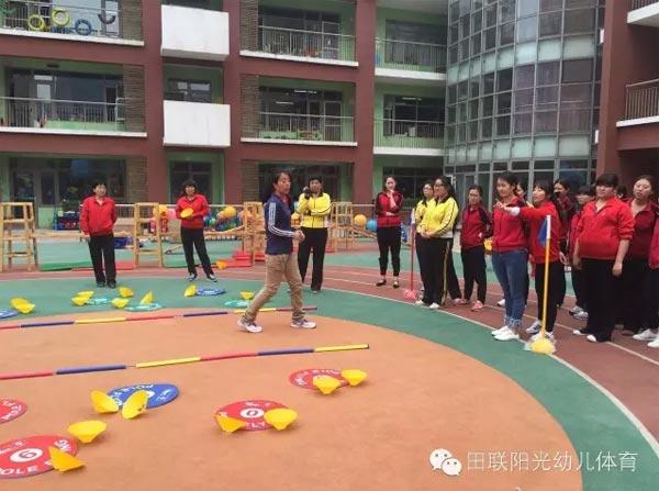 近日,在北京九龙幼儿园迎来了国际田联少儿趣味田径项目的实践培训,老师们被这色彩鲜艳的、安全的软式体育器械吸引了,既觉得简单轻便又感觉安全柔软,适合幼儿园使用,而且在孩子的运动会上大大可以使用了... 培训讲师带着老师们进行了趣味体育游戏的讲解及示范动作,其后,老师们参与了趣味的竞技比赛小游戏,有欢乐、有竞争、有开心、有刺激,让在场的老师们不禁感叹,小器械,大用处.